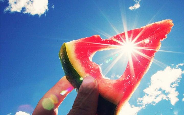 Cuidado con los rayos UV: seis alimento que protegen la piel del sol