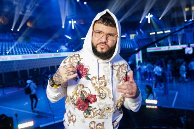 Farruko llegó en el «bus de prisión» al escenario de Premios Juventud