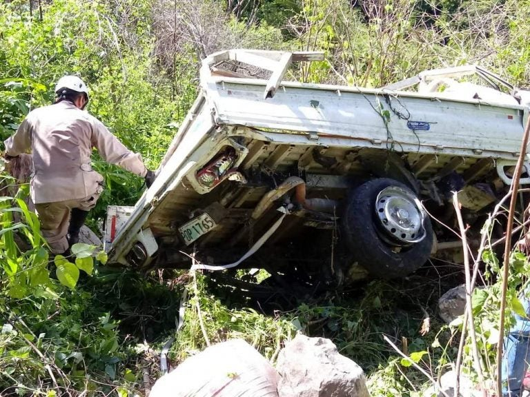 Dos muertos y seis jóvenes heridos deja accidente en carretera a La Paz
