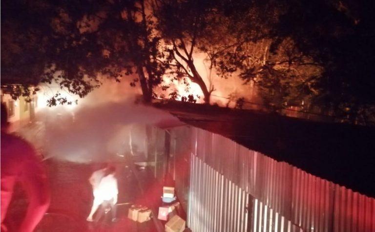 Incendio consume locales comerciales en Gracias; piden ayuda a la alcaldía