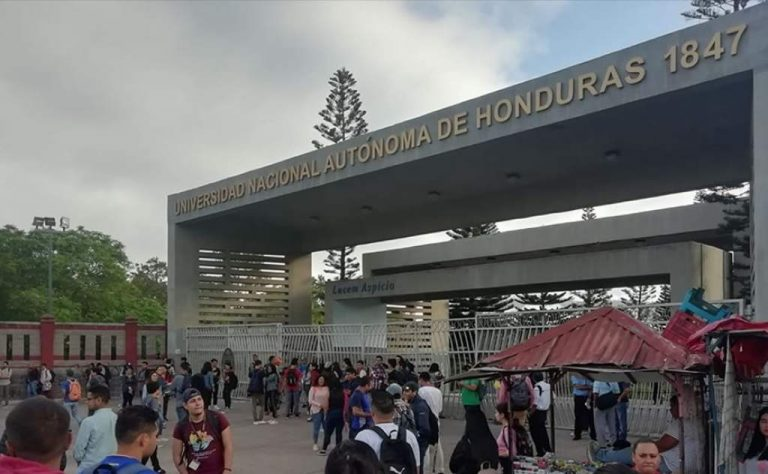 Universitarios y alumnos realizan mega plantón exigiendo la salida de JOH