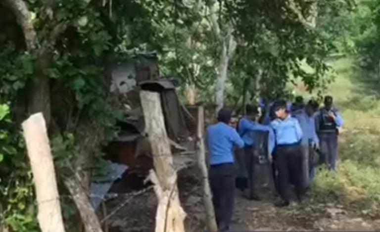 Policía llega a Brisas de la Montaña, en Villanueva, para desalojar a 300 familias