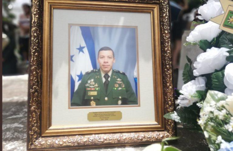Ante máximas autoridades militares entierran en Danlí al agente Ángel Pineda Godoy