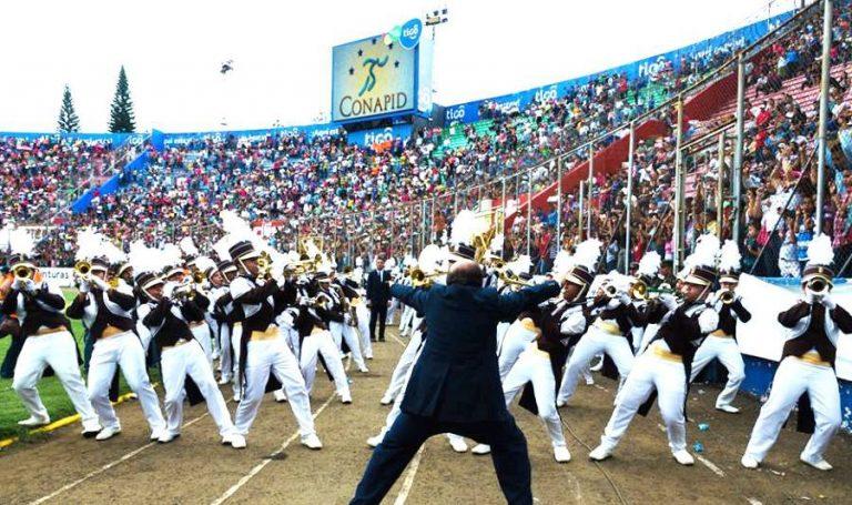 Mega bozal para desfiles: prohibido cantar, gritar, bailar o portar consignas políticas