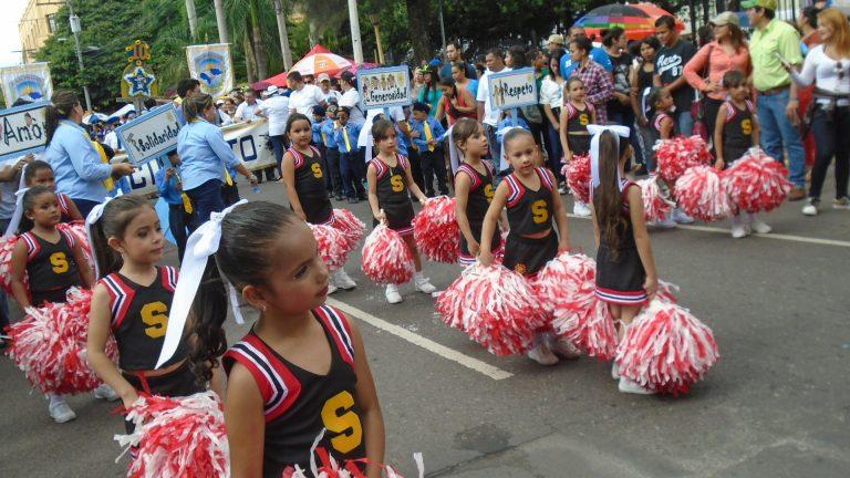 Centros educativos de prebásica y primaria desfilan hoy en la capital