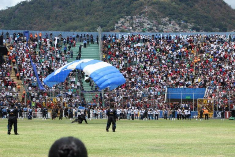 Éxito total: así fue el show de los paracaidistas en el Nacional