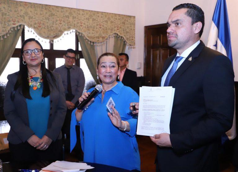 Entre regalos, pitos y elogios, Rocío Tábora presentó el presupuesto 2020 al CN