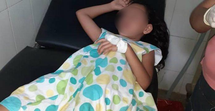 niña golpeada con palo de piña en Colón