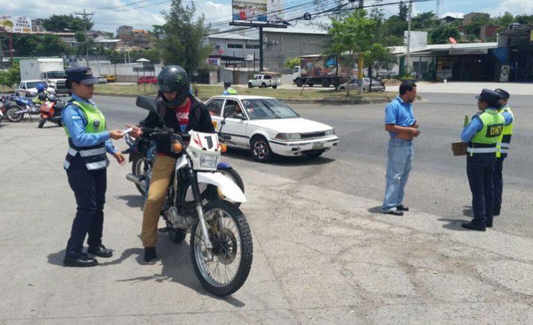 DNVT: Motociclistas serán multados con L8000 por no cumplir la Ley