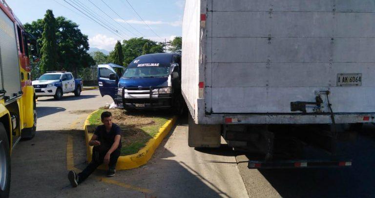 """Brutal colisión entre camión y bus """"rapidito"""" deja 10 heridos en Naco, Cortés"""