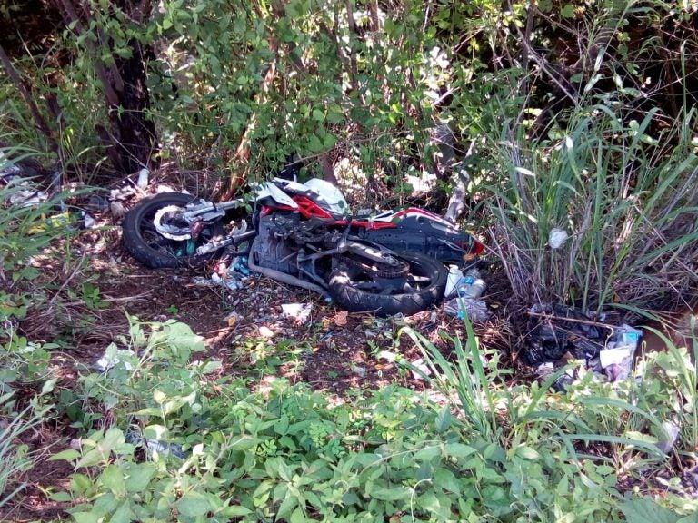 Motociclista muere al colisionar contra un autobús en la carretera hacia el sur