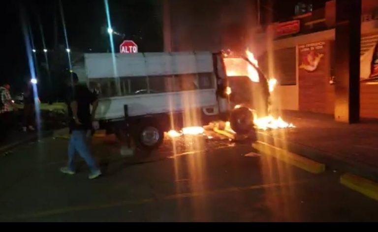 VÍDEO: Incendian camión de la Policía Nacional frente al HE en Tegucigalpa
