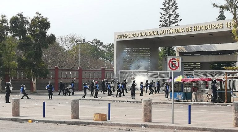 Gas, piedras, palos y saqueos deja enfrentamiento frente a la UNAH-CU