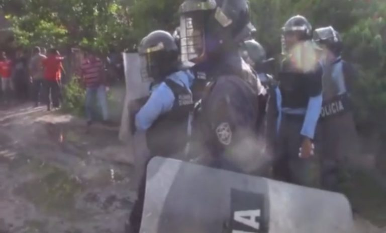 Policía agrede a camarógrafo que cubría desalojo en Choluteca