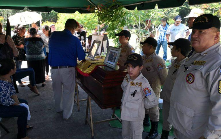SPS: Entre sirenas sepultan a niño bombero fallecido por dengue