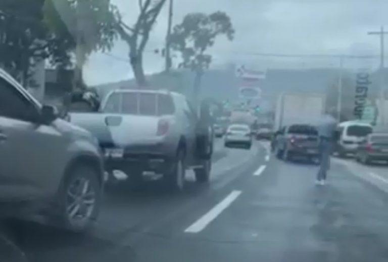 VIDEO: De forma impune tres ladrones asaltan a conductor en SPS
