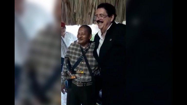 «Apóstol» Chago alegre al conocer a Mel Zelaya: «Mis respetos, papá», le dijo