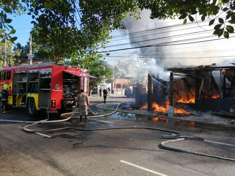 Incendio consume bodega de ropa en SPS