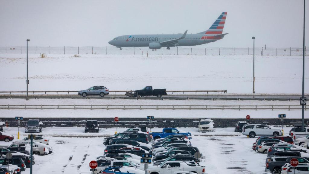 Tormenta invernal azota a EEUU y atrasa más de 8,000 vuelos