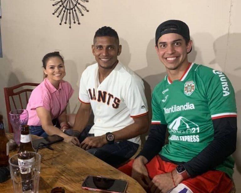 Viral: Mauricio Dubón intercambia su camiseta con Carlo Costly