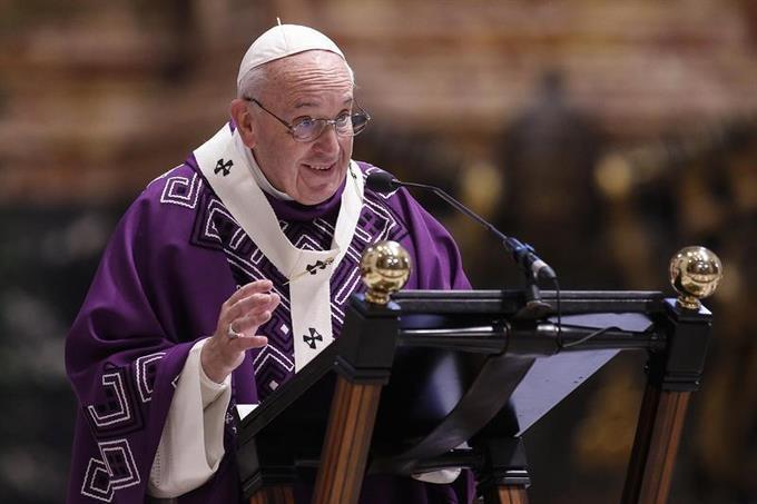 El papa anima a continuar la tradición del Belén en casas y espacios públicos