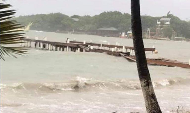 Oleaje y vientos destruyen el muelle de West End, en Roatán