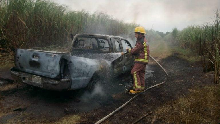 Junto a vehículo queman a un hombre en Potrerillos, Cortés