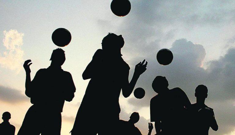 En Escocia van a prohibir que los menores cabeceen balones