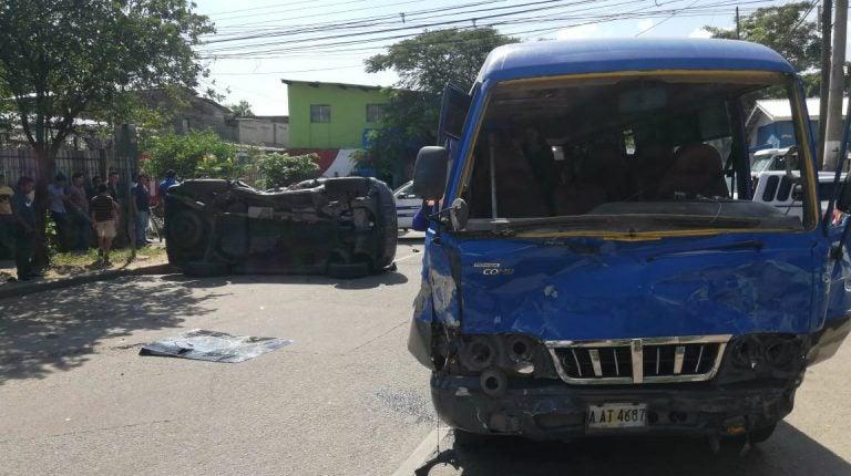 SPS: choque entre bus de la Ruta 2 y camioneta deja varios heridos