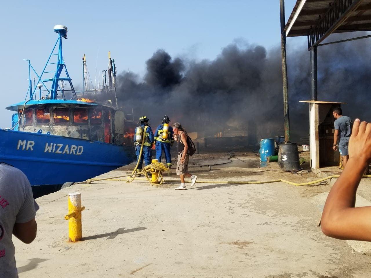 """El incendio consumió la embarcación Wizard y ocurrió el 23 de junio de 2019 en """"Los Fuertes"""", Roatán."""