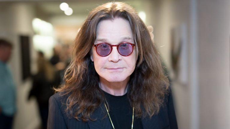 Ozzy Osbourne tendría párkinson; viajará a Suiza para examinarse