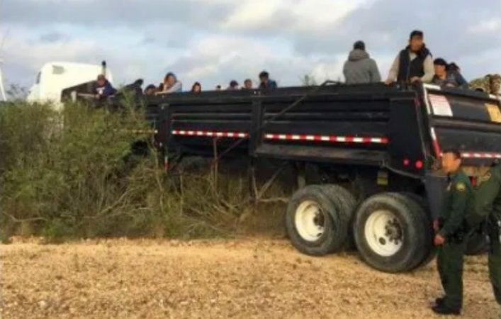 Texas: camión choca contra un muro con 75 indocumentados a bordo
