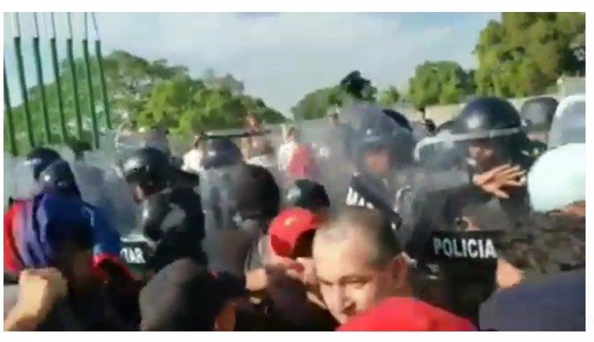 ¡Desesperación! Migrantes se enfrentan a Guardia Nacional en México
