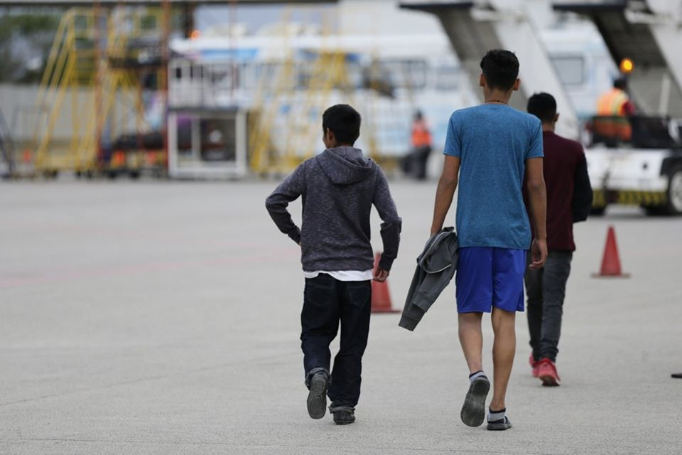 Llegan 607 hondureños deportados de la Caravana de Migrantes