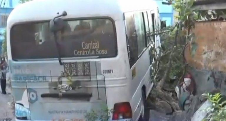 Bus en TGU choca contra vivienda; conductor se da a la fuga