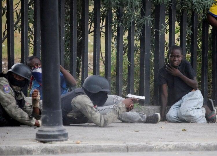 Haití: policías y militares se enfrentan a tiros