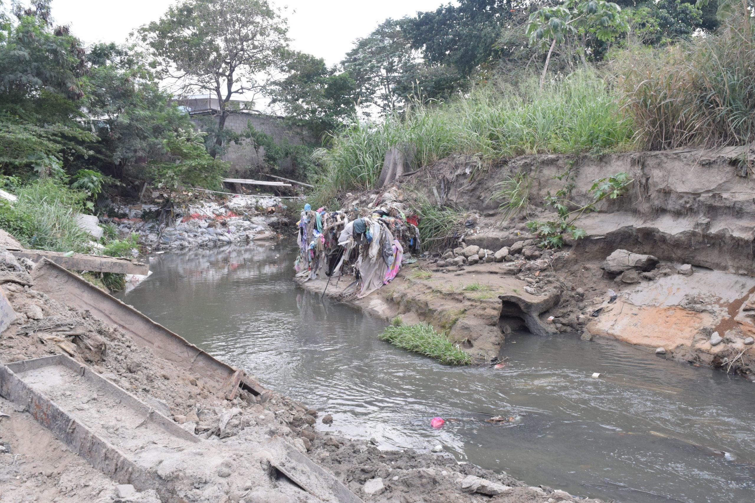 """Debido a las grandes cantidades de basura que arrastra río El Sauce y las aguas negras, los pobladores ya lo identifican más como un """"crique"""" o botadero."""
