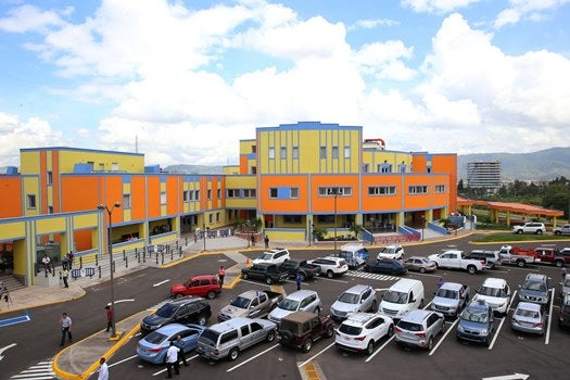 Médico denuncia a Hospital María por cobro millonario para atender a bebé