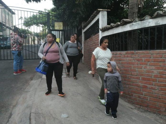 Colonia El Hogar: protestan por portón que impide libre paso de niños hacia escuelas
