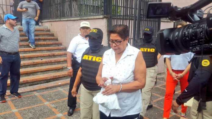 Fiscalía pide mil años de cárcel para acusada del caso red de becas