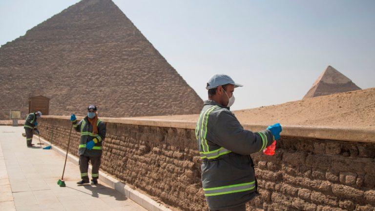 Covid-19: Egipto fumiga y desinfecta sus pirámides