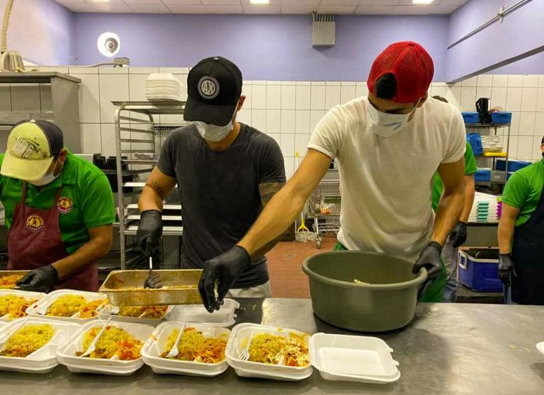 Bruno Volpi y Esteban Espíndola ayudan a repartir comida en crisis de COVID-19