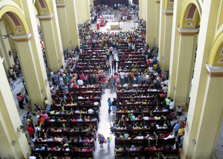 Por Covid-19: Iglesia Católica prohíbe saludo de la paz y dará la hostia en la mano