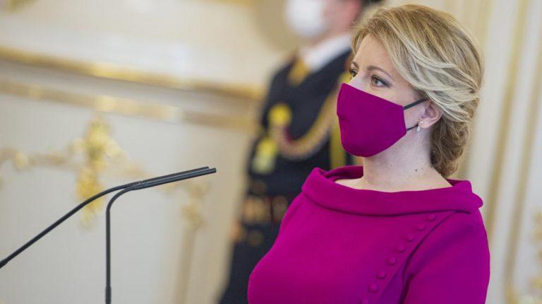 Glamour: Presidenta de Eslovaquia combina el color de sus cubrebocas