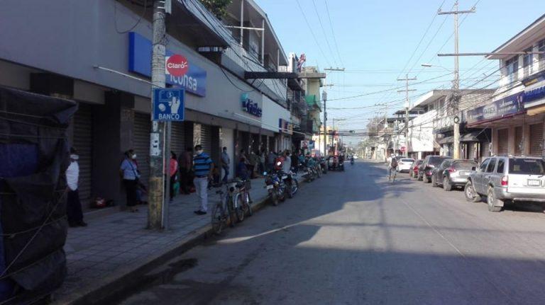 Policía hace desalojo de personas en las agencias bancarias de El Progreso