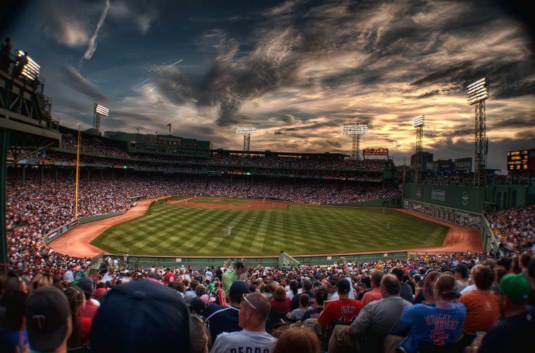 Aficionados demandan a la MLB por no reponer dinero de boletos