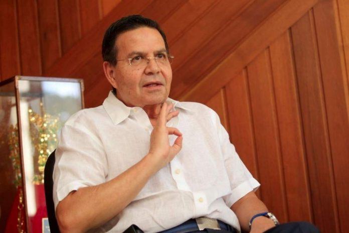 Llegan restos del expresidente Rafael Callejas al aeropuerto Toncontín