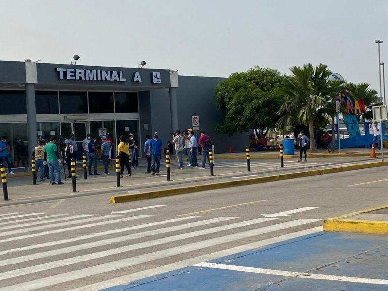Hay 130 marinos varados en el aeropuerto Ramón Villeda Morales desde ayer