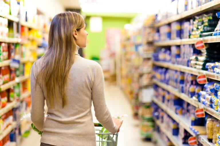 Japón: político pide que hombres salgan a comprar; «mujeres tardan mucho»
