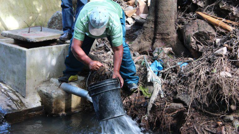 Ante sequía, SANAA prohíbe llenar piscinas y regar con agua potable